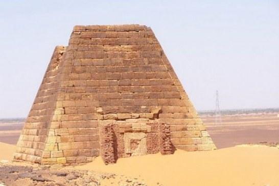 السودان يفتتح مدافن الهرم التاسع للملك (تابرك) بنهر النيل
