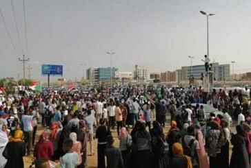 """مواكب هادرة من المتظاهرين تصل """"ساحة الحرية"""" بالخرطوم"""